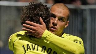 Jorge Pombo abraza a Javi Ros con el ojo inflamado.