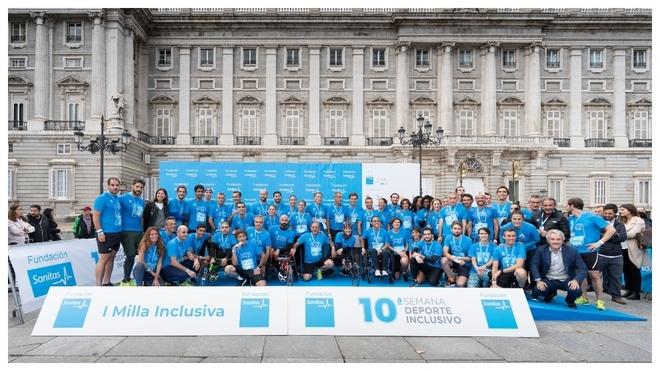 Todos los participantes en la I Milla Inclusiva Fundación Sanitas delante del Palacio Real