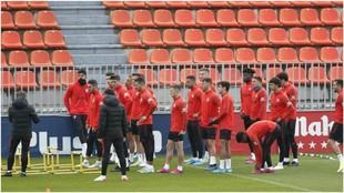 Los jugadores del Atlético realizan un ejercicio durante un...