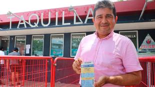 Aficionado de Veracruz con el boleto del partido