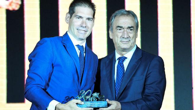 Kike Boned recibe un galardón de manos de Javier Lozano.