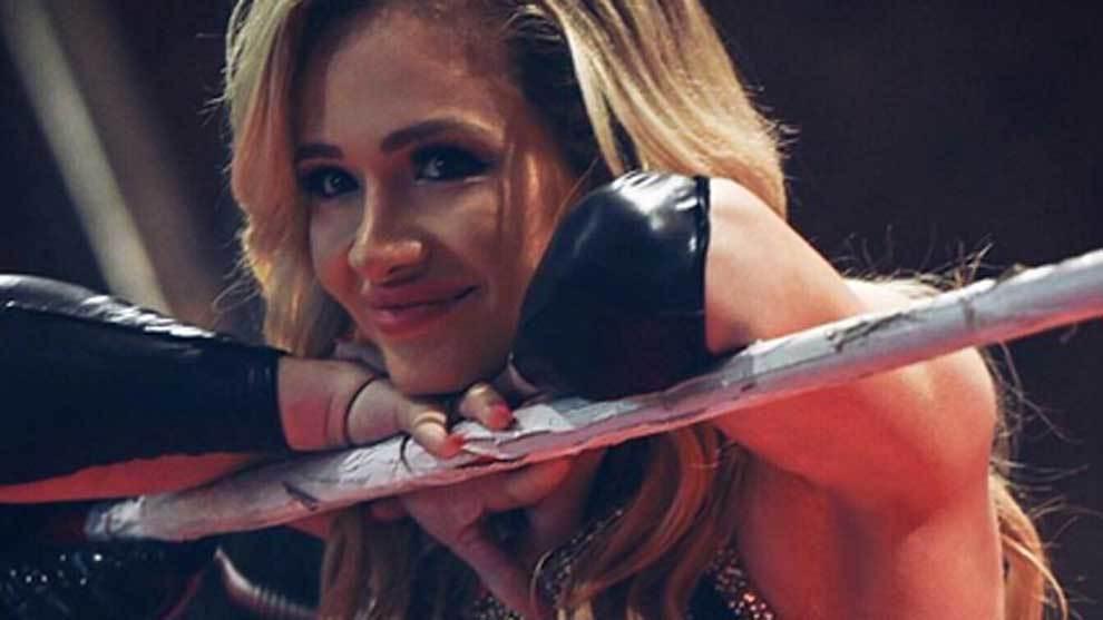 La WWE ficha a Scarlett Bordeaux, la luchadora criticada por ser demasiado sexy