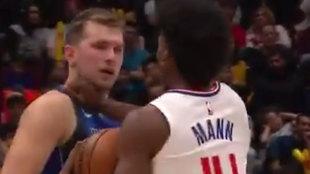 Mann empuja a Doncic con un golpe en el cuello