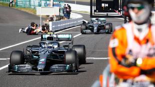 Los dos Mercedes entando al pit lane de Suzuka.