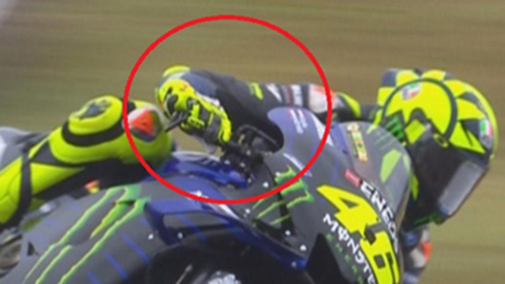 Valentino Rossi, frenando con dos dedos.