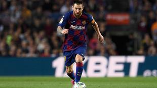 Leo Messi conduciendo el balón