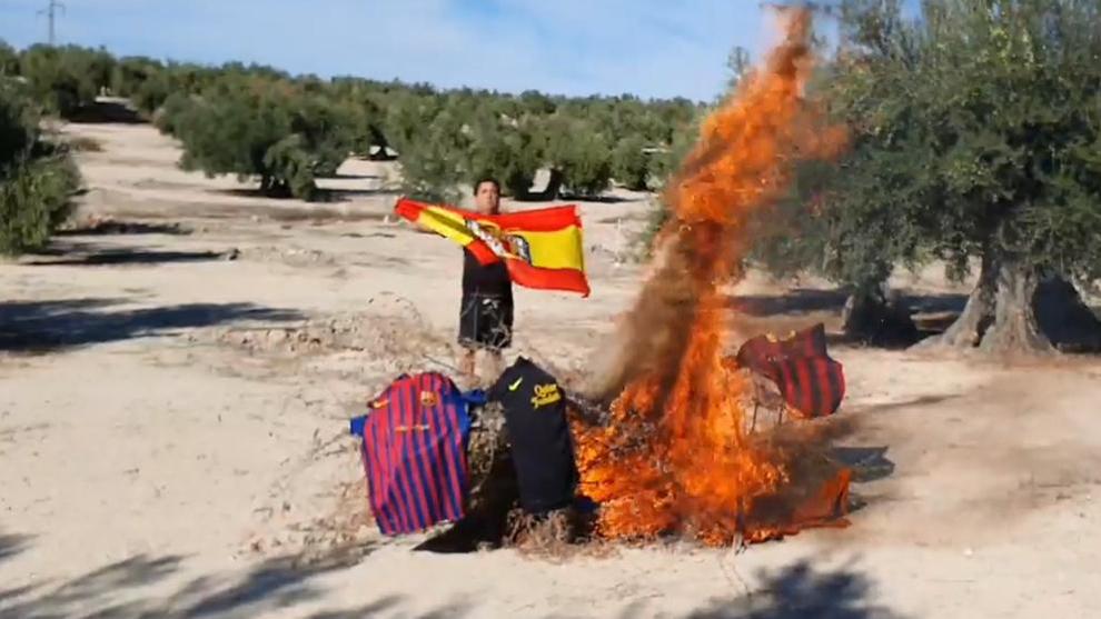 El portavoz de Vox prendió fuego a varias camisetas del F.C. Barcelona