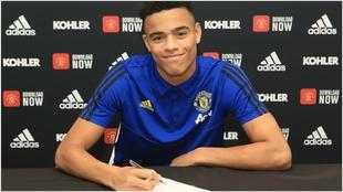 Mason Greenwood firmando su nuevo contrato con el United.