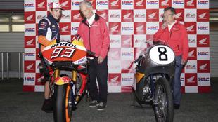 Márquez enseña su moto a Jim Redman.