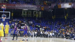 Aspecto de la grada del Palau Blaugrana en el partido de Euroliga ante...