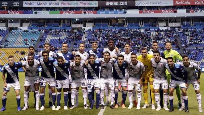 Los jugadores del Puebla y el Atlas, antes de silbatazo inicial.