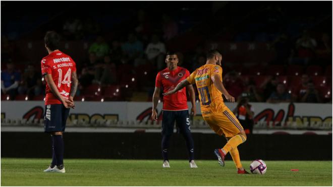 Gignac marcando su gol 1000