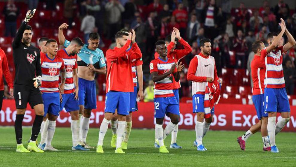 Jugadores del Granada al finalizar el encuentro ante Osasuna