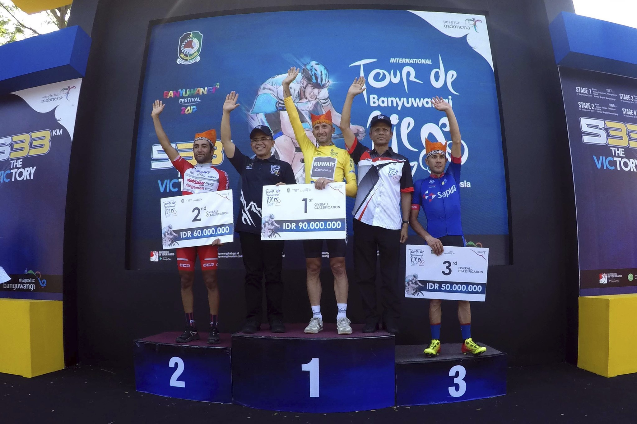 David <HIT>Rebellin</HIT>, ciclista del Kuwait, celebrando un triunfo en Indonesia