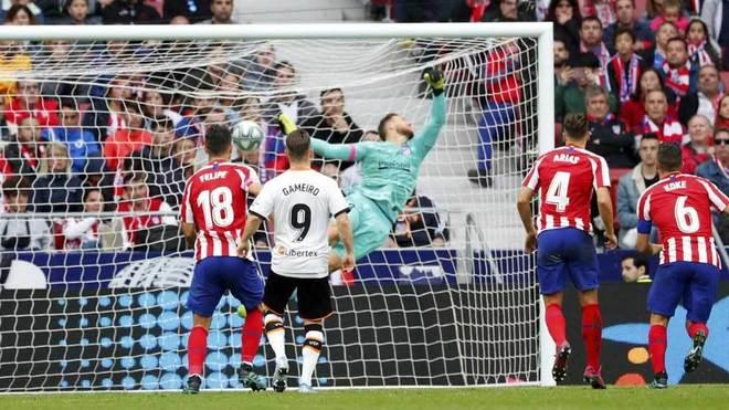 Oblak vuela para intentar detener el lanzamiento de falta de Parejo...