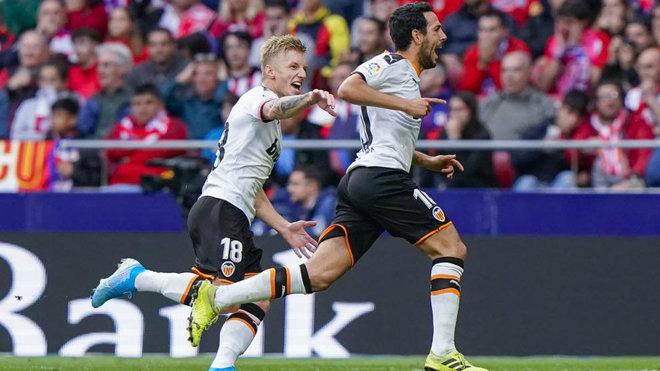 Parejo celebra junto a Wass el gol en el Wanda.