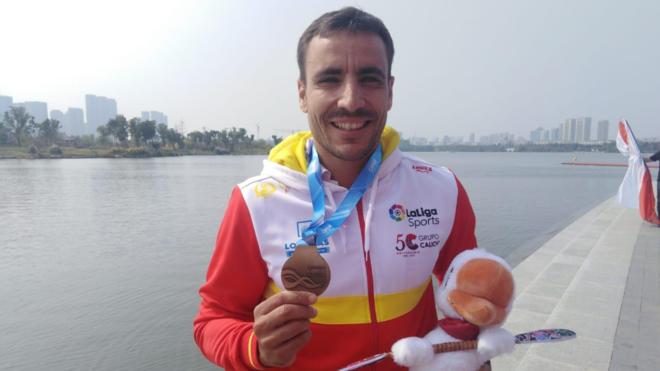 Tono Campos exhibe su medalla de oro