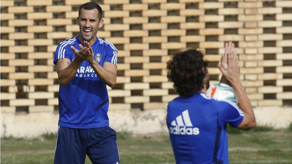 Miguel Linares aplaude en un ejercicio.