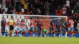 Los jugadores del Lugo celebran el primer tanto del partido.