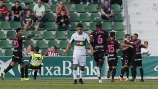 Los jugadores del Sporting celebra el tanto de Manu García.
