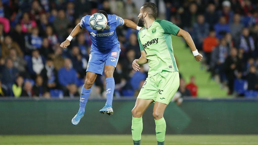 Ángel cabecea el balón que supuso el primer gol del Getafe