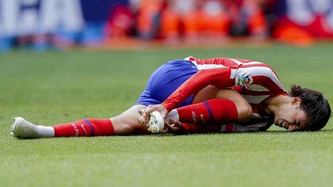 Joao Félix se duele en el césped.