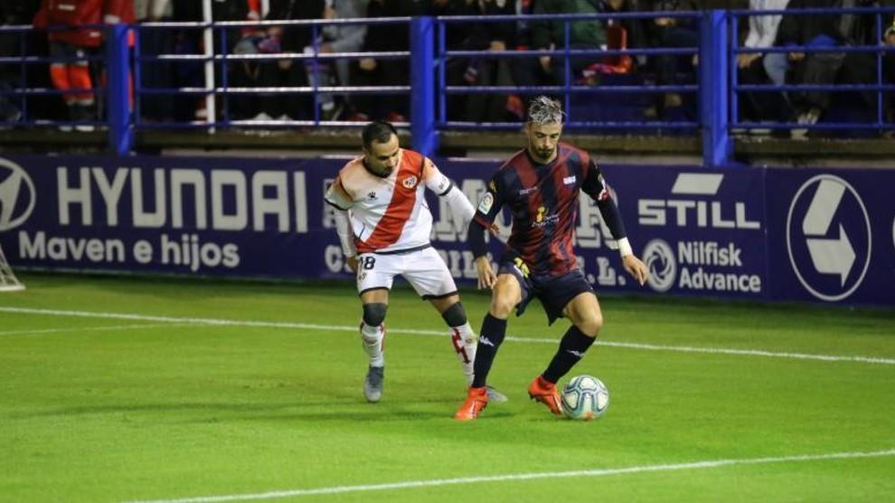 Álvaro pugna con un balón con Cristiam.