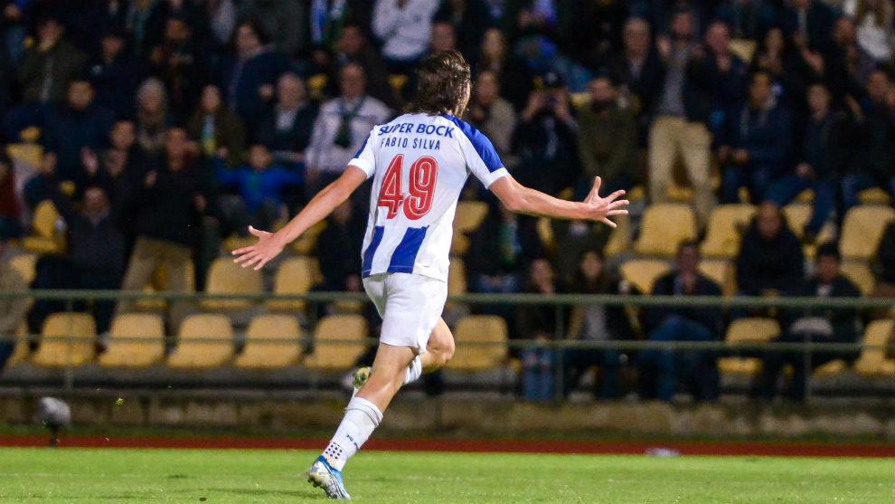 Fábio Silva (17) celebra su gol al Coimbroes.