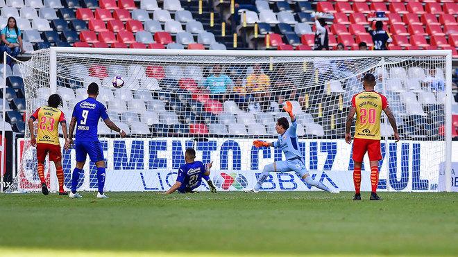 Momento en el que el 'Cabecita' remata a gol ante Sosa.