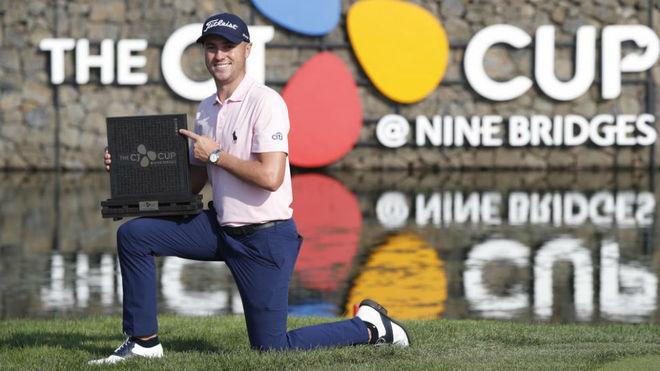 Justin Thomas con el trofeo de ganador.