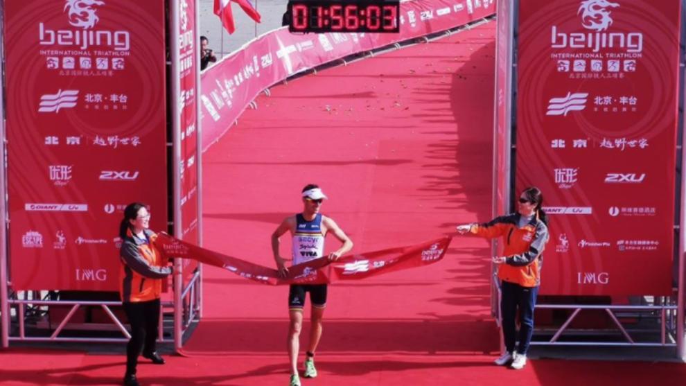 Mola, entrando en meta en el Triatlón Internacional de Pekín