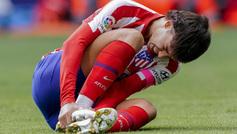 Joao Félix dolorido en el campo ante el Valencia