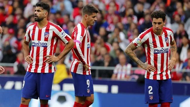 Diego Costa, Morata y Giménez lamentan el gol del Valencia.