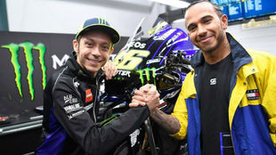 Hamilton y Rossi, durante la visita del inglés al GP de Qatar el...