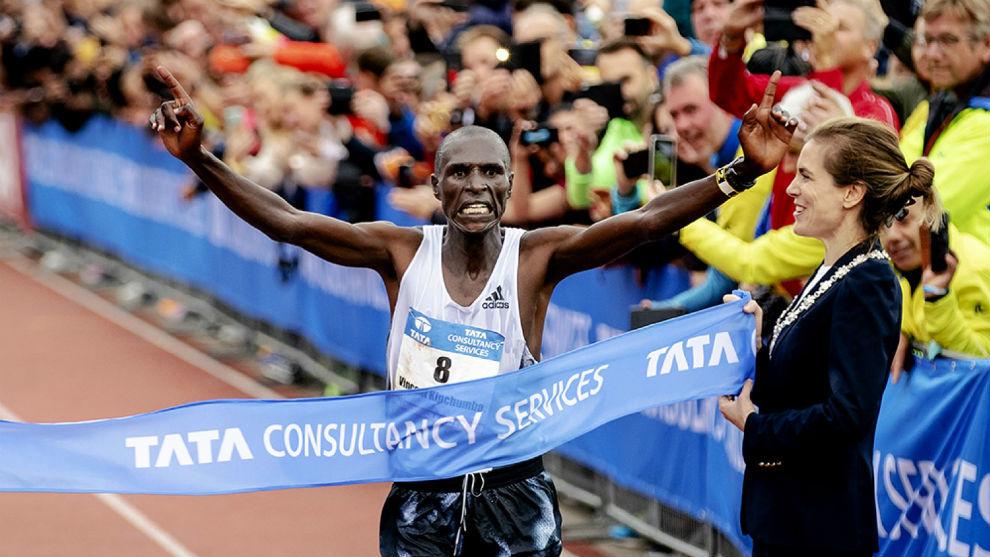 Kipchumba, entrando en meta en el Maratón de Amsterdam
