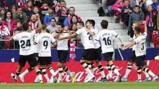 Ocho jugadores del Valencia corren a abrazar a Parejo tras el gol al...