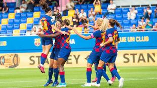Las jugadoras del Barça celebran un tanto.