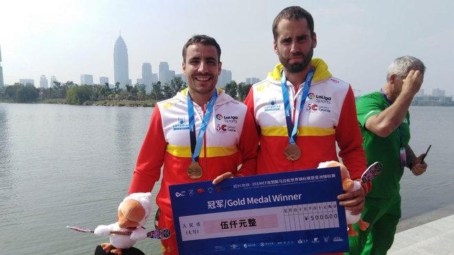 Tono Campos y Diego Romero posan con su medalla de oro en C2.