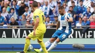 David López, ante Cazorla, durante el encuentro contra el Villarreal.