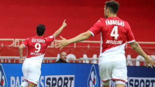 Ben Yedder (29) celebra su primer gol ante la mirada de Fábregas...