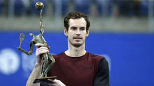 Andy Murray posa con el trofeo de campeón del torneo de Amberes