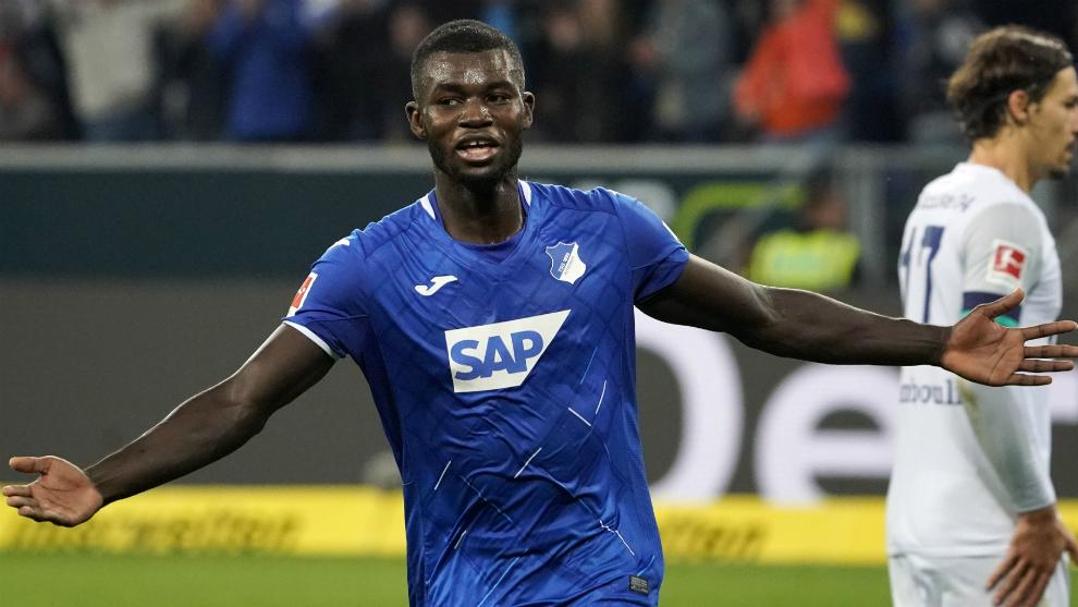 Bebou celebra su gol al Schalke