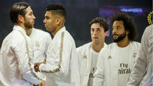Casemiro, en el centro, con sus compañeros en el túnel de vestuarios