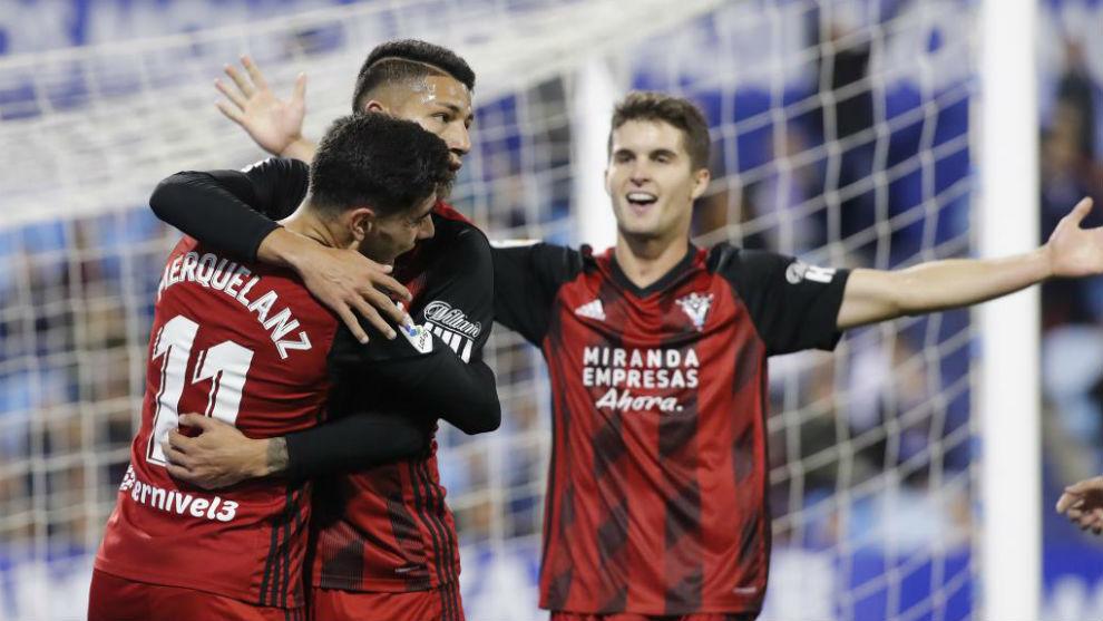 Marcos de Sousa celebra su gol en La Romareda con los compañeros