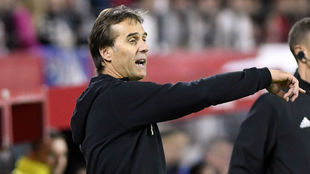 Lopetegui (53) da instrucciones a sus jugadores en el Sevilla-Levante.