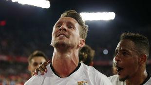 De Jong (29) es felicitado por Fernando (32) tras estrenarse como...