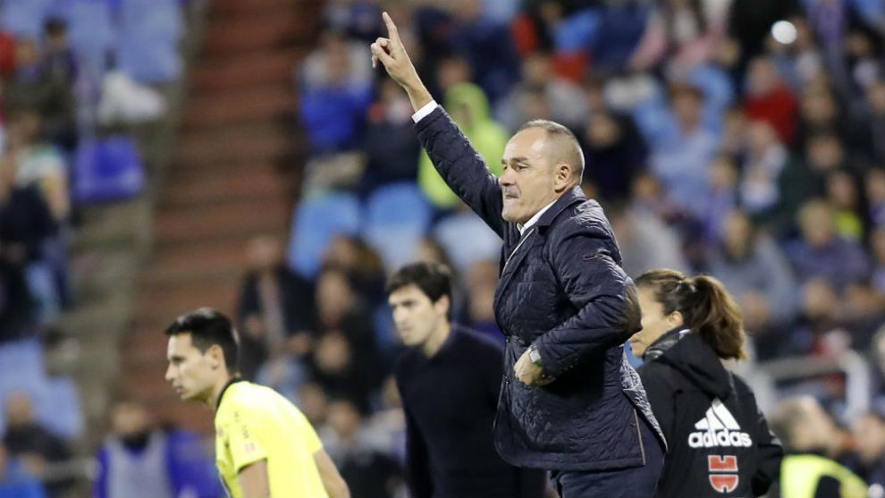 Víctor Fernández da instrucciones a sus jugadores.