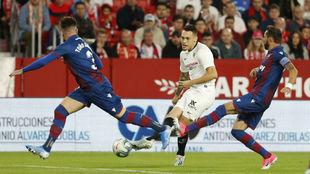 Ocampos (25) disputa el balón en el partido frente al Levante.