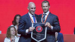 El presidente de la RFEF y el de la UEFA, Luis Rubiales y Alksander...