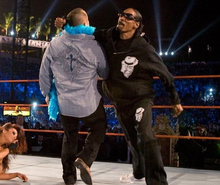 Snoop Dogg golpea a Santino Marella